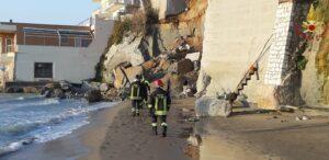 Roma: crolla parte di falesia in spiaggia