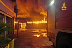 Roma: incendio capannone