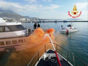 Latina: esercitazione per incendio nave
