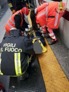 Roma: donna sotto la metro estratta dai vigili del fuoco