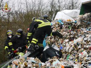 Roma: un uomo estratto dalle lamiere dopo un incidente