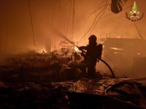 Roma: incendio di una attività  commerciale