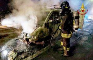 Latina: incendio di un automezzo