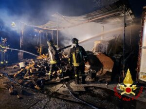 Rieti: incendio di un magazzino agricolo