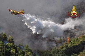Roma: brucia la riserva naturale di Monte Catillo vicino Tivoli